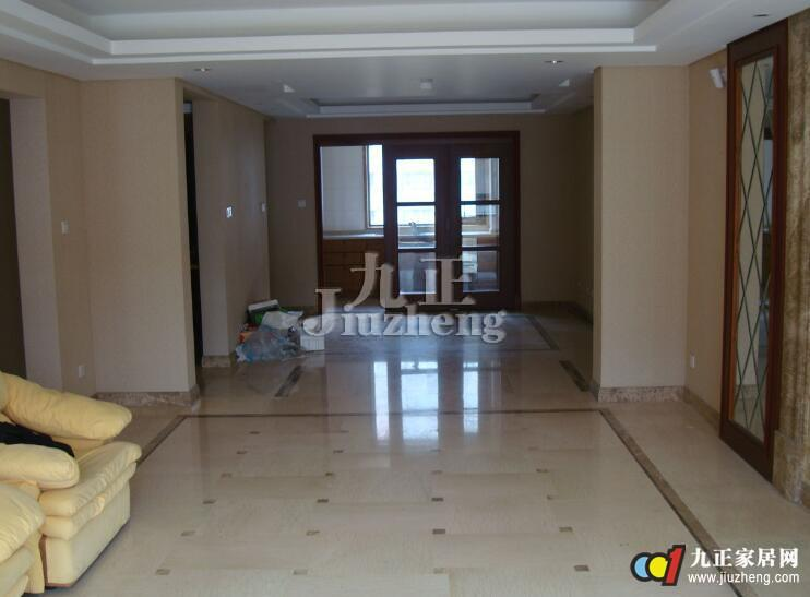 地砖是一种地面装饰材料,也叫地板砖,用黏土烧制而成,规格多种,质坚、耐压耐磨,能防潮,有的经上釉处理,具有装饰作用,多用于公共建筑和民用建筑的地面和楼面;那么,在这些地方为什么会大量的使用地板砖呢?地板砖也相当于是一个地砖的总称,在市场上,有哪些分类呢?当我们选购的时候要怎么选择呢?下面,九正家居网为大家讲述下地板砖的分类和选购方法,希望可以帮助到大家。 按地板砖的吸水率分类:  陶质:指陶瓷的吸水率6%的陶瓷产品,主要用于墙面装饰。 半陶半瓷:指陶瓷的吸水率3%而<6%的陶瓷产品。 全瓷:指陶瓷的吸水