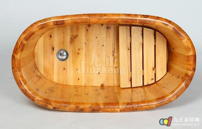 随着人们生活水平的提升,人们越来越追求自然舒适感,因此木质浴桶也越来越受人们的喜爱,如今市场上销售的木浴桶的材质种类还是比较多的,到底什么材质的木浴桶比较好呢?卫生间木浴桶如何选购呢?如果你也正准备为自己家购买木浴桶的话,就快快来随九正家居网一起去了解下吧。  木浴桶什么材质好: 市面上常见到的木质浴桶材质主要有云杉、香柏木、橡木等,三者材质的浴桶对比如下: 1、云杉: 这种材质是所有材质中价格相对比较低的一种,因此云衫木浴桶的价格也就比较低廉,千元之内就可以买到。它的价格之所以低廉,是因其木质较为松散,