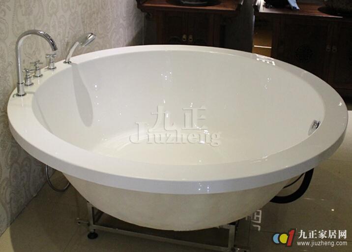 圆形浴缸如何安装  5,接下来等水泥干了,稳定后我们将嵌入式浴缸下水