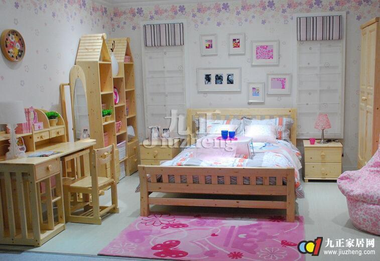 儿童房间内的装饰品,可适当在墙上挂些颜色鲜艳,知识性强的画片和风景
