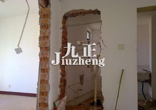 混凝土来代替承重墙。  一、承重墙改梁的方法 1、首先根据拆除下来的承重墙的长度和墙体上面所能承受的荷载累加,然后才可以去确定梁的截面尺寸,并且计算出相配的钢筋长度,这样才是比较准确的。 2、接着我们来看看具体的方法,把拆下来的墙体两侧设置一根钢管来支撑整个墙面,不要忘了要加上横梁和垫一个木板,因为这样能保持原有的稳定性,并且也把钢锲之间撑紧了。 3、把那些在承重墙之间的立柱牢固稳定后,再把墙体拆除后,要把墙体里面的杂物清除干净,以防板原接头混凝土下落。 4、可以去除梁的底模,底模可以用拆下的砌体上面加隔