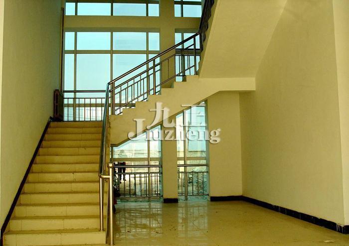 它必须结构设计合理,照标准,楼梯的每一级踏步应该高15厘米,宽28厘米