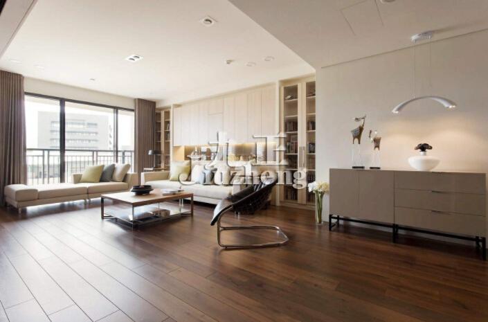 随着地板行业的不断发展,现在木地板的种类越来越多,一般不同种类的木地板其特点是不一样的,而且不同种类的木地板其价格也不是一样,很多业主在挑选自己家木地板时,根本不清楚到底家装木地板的种类有哪些,今天就让九正家居网小编带大家一起去了解下吧,顺便了解下家装木地板选购误区有哪些。  家装木地板的种类: 说到家装木地板的种类,当下市场上的家装木地板的种类主要有实木地板、强化复合木地板、实木复合地板、竹木地板、软木地板等等几种,一般不同类型的木地板其特点是不一样的,具体的来看看如下的介绍吧: 1、实木地板: 实木地