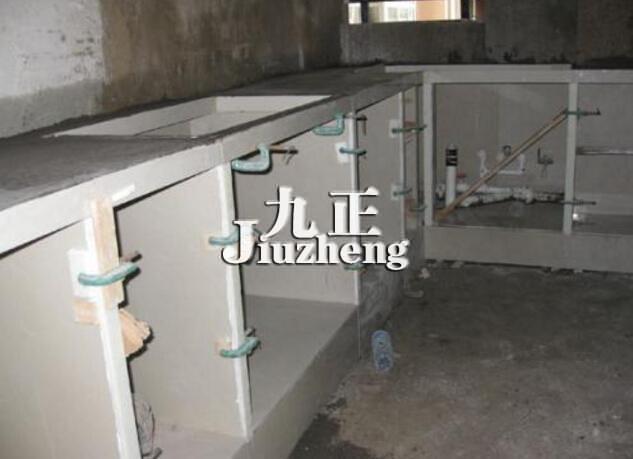 水泥橱柜的安装步骤   6,柜门的安装,事先和木匠谈条件要加橱柜门的