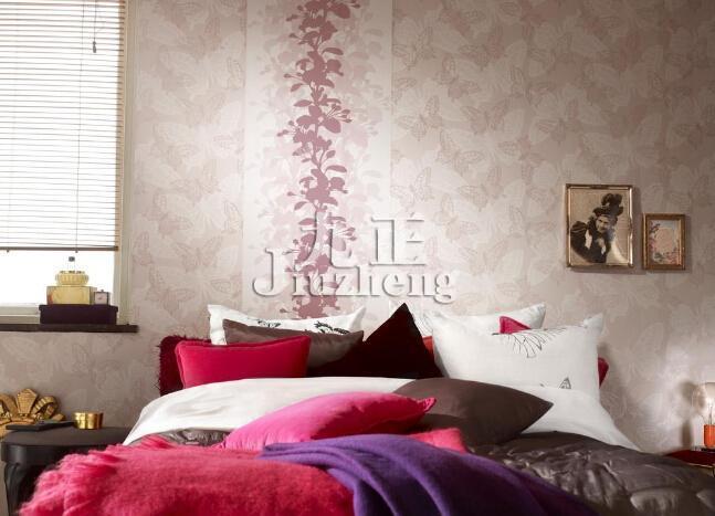 墙面壁纸粘贴步骤  5,裱贴玻璃纤维墙布和无纺墙布不能刷胶粘剂:  裱
