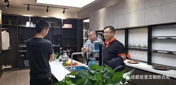 居里亚全屋定制董事长国庆走访各地门店指导工作