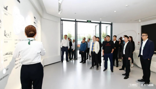 客户参观三棵树企业文化展厅