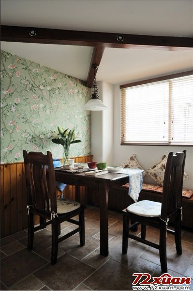 的餐桌椅 吊顶木条和地砖,侧面则是绿色带花的壁纸,搭配窗户边上高清图片