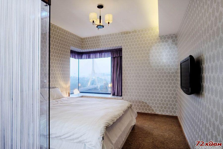 卧室有一个大大的玻璃窗台,窗外风景宜人.立于主卧,拉
