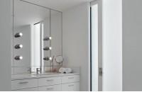 白色简洁的卫浴柜装修 卫生间门装修效果图