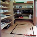 这是刚提到在厨房里面的餐具室。平时常用的餐具就直接收在厨房,其他的餐具还有家电就放在这里。照片上虽然