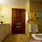浴室的收纳就有点凌乱的感觉,毛巾的挂杆和浴巾的挂钩没有协调性,参差不齐,而且挂沐浴用品的挂钩离沐浴区