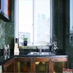 同样是墨绿的墙砖,古旧风格的橱柜,亚洲特色的厨房五金架,