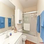 清爽的浴室让纯色的毛巾成为装饰。