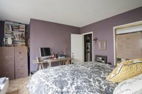 紫色卧室书架装修效果图