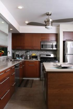 三居110平厨房橱柜装修效果图