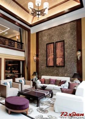 东南亚风格的客厅大都以大气优雅为主,设计上不矫揉造作,用一些带有民族或是艺术气息的古画装饰来装点背景