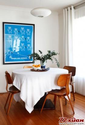 小狗椅的餐椅与餐厅装饰画的小熊之间形成有趣的呼应。