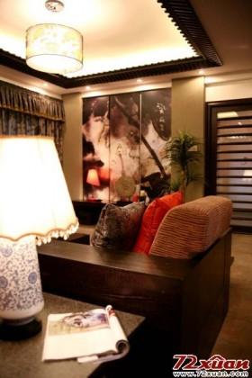 客厅那一片大红的木雕牡丹花形象墙,在沉稳中以极强的存在感让人无法忽略。