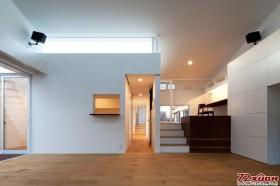 进入别墅的第一层,呈现在主人眼前的将是透明墙旁的一排楼梯。