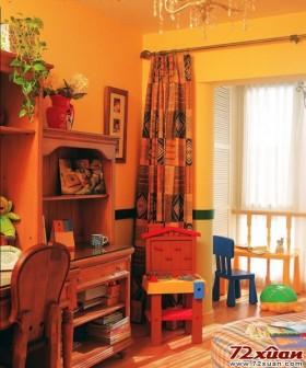 黄色的涂料制造了温馨的气氛,随意搭配的饰品把这个空间装点得分外出彩。