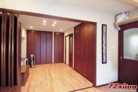 这本来是和式房间,现在也改装为洋式房间。平时就当做是一个大的收纳间来使用,如果有客人来时,只要拉开百
