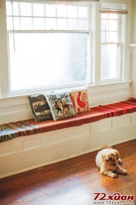 饭厅的窗户旁边可以用砖砌出一张长椅。铺上咖啡色主色调的羊毛毯,迎接冬天的到来。和三五知己在窗边聊天的