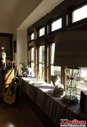 将CD整齐排列在窗台,CD又能作为一层置物层了,雕塑、灯具、音响都可以放在上面。和煦的阳光照在CD上