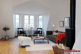 宽敞明亮的空间,加上倾斜的天花板,形成了客厅简单而又独特的个性。