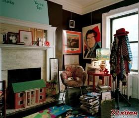 Leibowitz 的客厅,颜色鲜亮的壁纸和复古的吊灯成为了房间的主题,皇家风格的扶手椅旁边还摆着牙