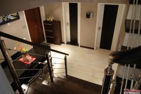 玄关处的鞋柜节省了大量的家居空间。