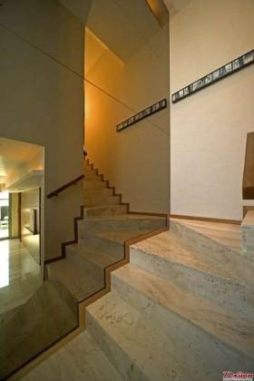 让楼梯间尽量通透,最起码从视觉上。