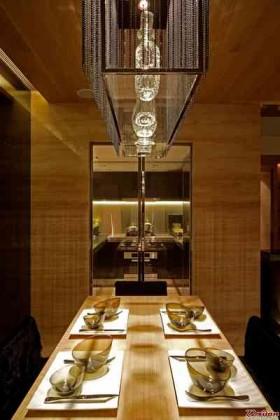 如果你想要一个在视觉上明亮的厨房,却又不想对家进行过多的改动,玻璃材质应该是不错的选择。