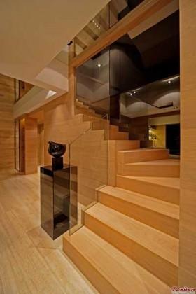 不要惧怕狭长的楼梯,玻璃会为你解决采光的问题。