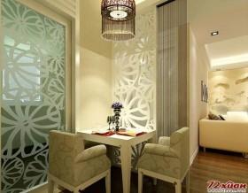 被安置在客厅一角的餐厅,放置了一个小餐桌仅能满足2个人的用餐空间。