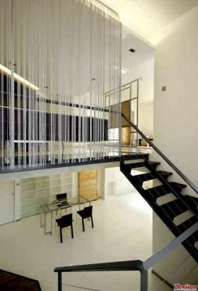 钢架玻璃平台顺着楼梯向下层延伸着。