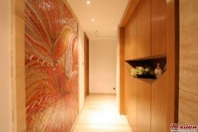 走道一侧的墙壁经过了细心的设计。