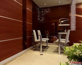 餐厅放置在客厅的一角,简单的餐桌和餐椅搭配上红酒架构成了就餐区。