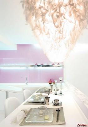 白色做为整间居室的基本色,最诱人的莫过于餐厅的羽毛灯,与明媚的阳光相互呼应,共同组成一幅美丽的印象画
