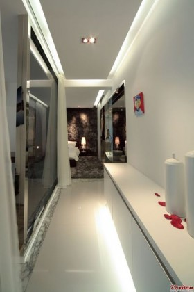 地灯和顶灯的相互照应,使得这个走廊充满了浪漫气息。让人觉得这就是主人的小小私密空间,在这里,可以完成