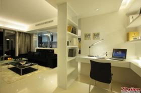 客厅的一角改造成了小型的开放式书房,空间的合理利用可见一斑。