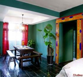 深绿的使用是一次大胆的尝试。在家居风格趋于统一的情况下,东南亚风格作为一种小众的选择却有着自己的特点