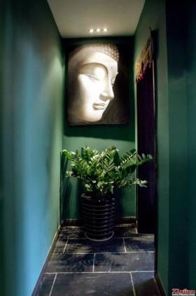 走廊昏暗的灯光只为配合墙上的装饰画。
