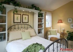 床头上绿色植物自然下垂与装饰画共同构成了一道亮丽的风景线。