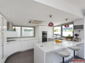 白色的厨房显得格外清爽。