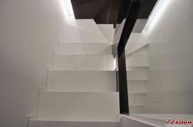 半开放的楼梯间,避免因狭小带来的沉闷感。