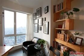 白色的墙壁,实木的书柜,书房虽简单但却非常自然清新。