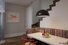 垫高的沙发具有的储物功能使狭小的空间得到利用。