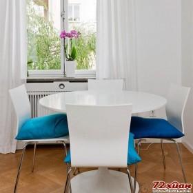 蓝色的柔软坐垫让现代感十足的餐椅有了温度。