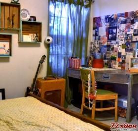 书桌前看似随意摆放的照片墙一定会经常激发屋主的灵感。